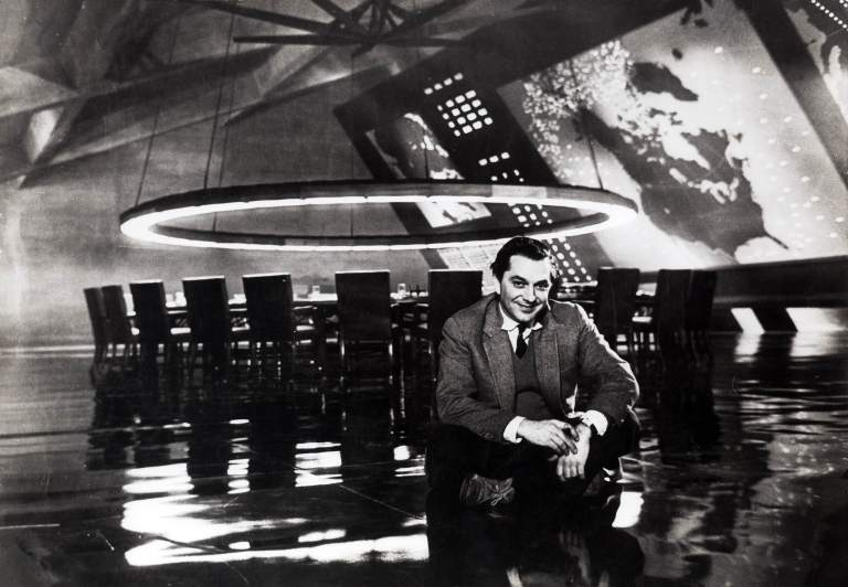 "Ken Adam, 1963 Am Set des ""War Room"" aus DR. STRANGELOVE OR: HOW I LEARNED TO STOP WORRYING AND LOVE THE BOMB GB/USA 1964, Regie: Stanley Kubrick Quelle: Deutsche Kinemathek – Ken Adam Archiv"